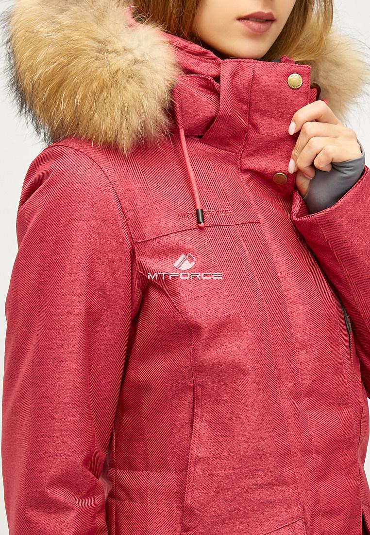 Купить оптом Женская зимняя парка малинового цвета 18113-1M