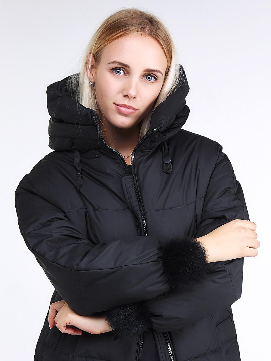 Купить оптом Куртка зимняя женская молодежная с помпонами черного цвета 1943_01Ch в Нижнем Новгороде