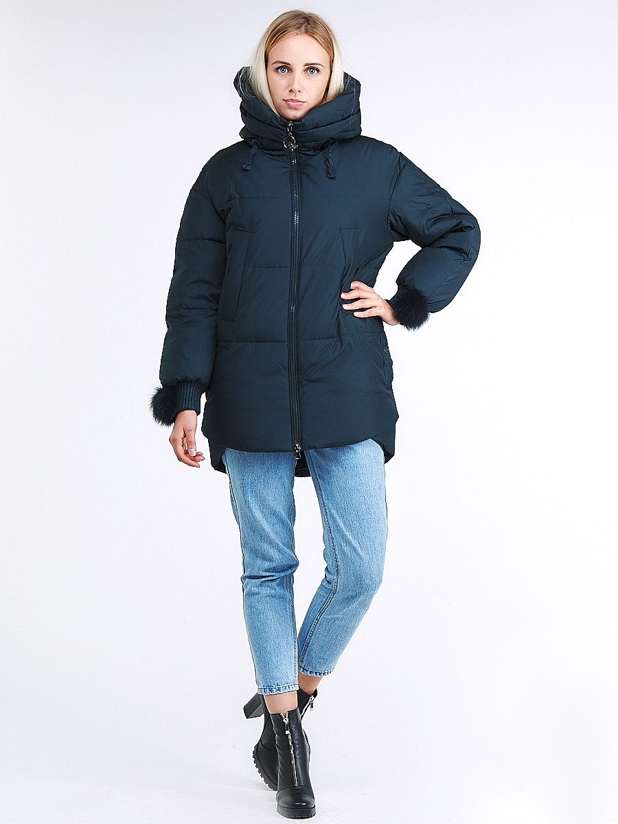 Купить оптом Куртка зимняя женская молодежная с помпонами  темно-зеленого цвета 1943_03TZ в  Красноярске