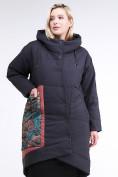 Оптом Куртка зимняя женская классическая БАТАЛ темно-серого цвета 112-901_18TC в Казани, фото 2