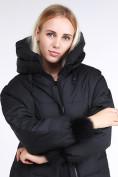 Оптом Куртка зимняя женская молодежная с помпонами черного цвета 1943_01Ch в Нижнем Новгороде
