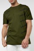 Оптом Мужская футболка с надписью хаки цвета 221085Kh в Екатеринбурге