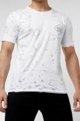 Оптом Мужская футболка с надписью  белого цвета 221485Bl в Екатеринбурге
