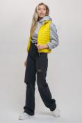 Оптом Жилетка стеганная Valianly желтого цвета 33311J в Екатеринбурге, фото 4