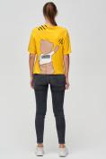 Оптом Женские футболки с принтом желтого цвета 50004J, фото 3