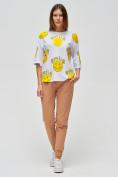 Оптом Женские футболки с надписями белого цвета 76028Bl в Казани