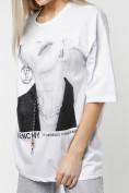 Оптом Женские футболки с принтом белого цвета 76098Bl в Казани