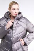 Оптом Куртка зимняя женская стеганная коричневого цвета 85-923_48K в Екатеринбурге, фото 7